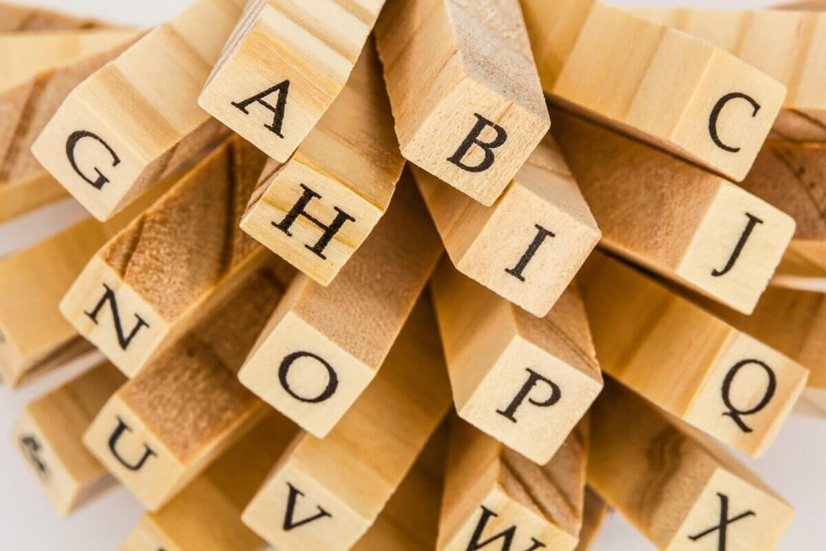 kostki z literami alfabetu